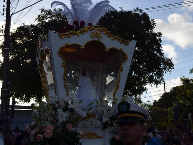 Imagem de Nossa Senhora das Neves segue com os fieis na procissão pelas ruas do Centro de João Pessoa (Foto: Valéria Sinésio / G1)