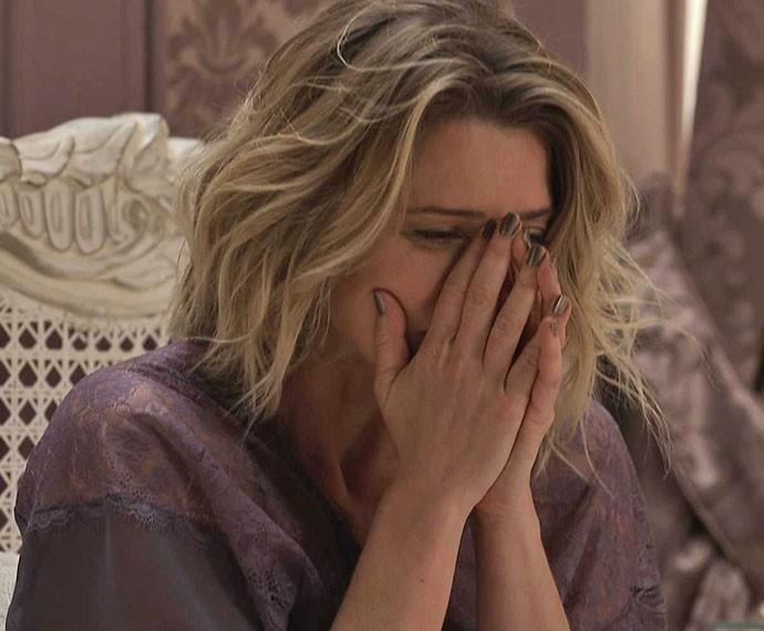 Socialite fica desesperada após ter visão do falecido marido (Foto: TV Globo)