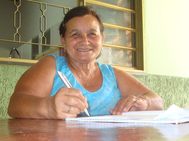 Maria das Dores é faxineira, poetisa e sonha em estudar letras (Foto: Rodrigo de Souza Costa/ Arquivo Pessoal)
