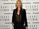 Prestes a posar nua, Kate Moss usa transparência sem sutiã em evento