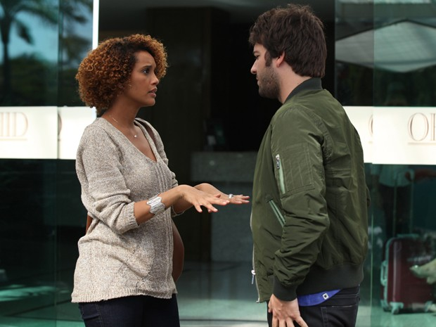 Taís e Carrão conversam durante intervalo das gravações (Foto: Carol Caminha/ TV Globo)