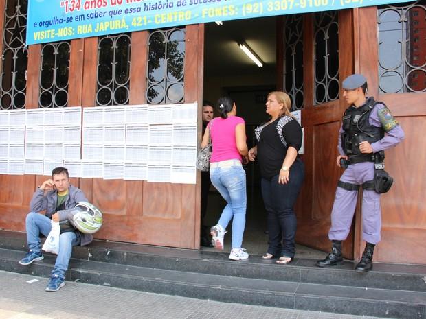 Candidata corre para não peder prova em Manaus (Foto: Adneison Severiano/G1 AM)