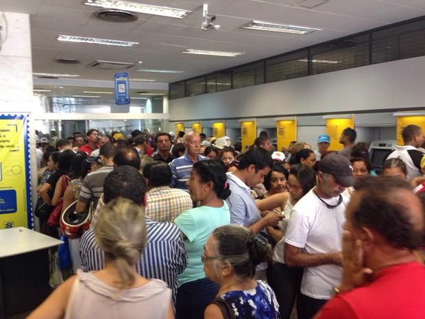 Clientes lotaram agência no Centro de João Pessoa (Foto: Marcelo Andrade/CBN)