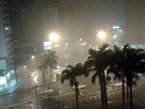 Chuva alagou praça do pedágio, na Enseada do Suá. (Foto: Gabriel Gomes / VC no ESTV)