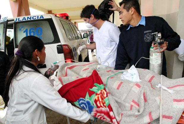 Ferido em confronto é levado para hospital (Foto: AFP)