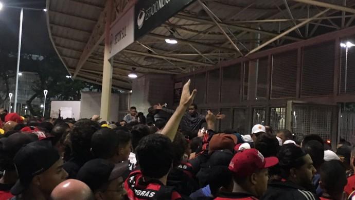 Torcedores Flamengo lado de fora Nilton Santos (Foto: Amanda Kestelman)