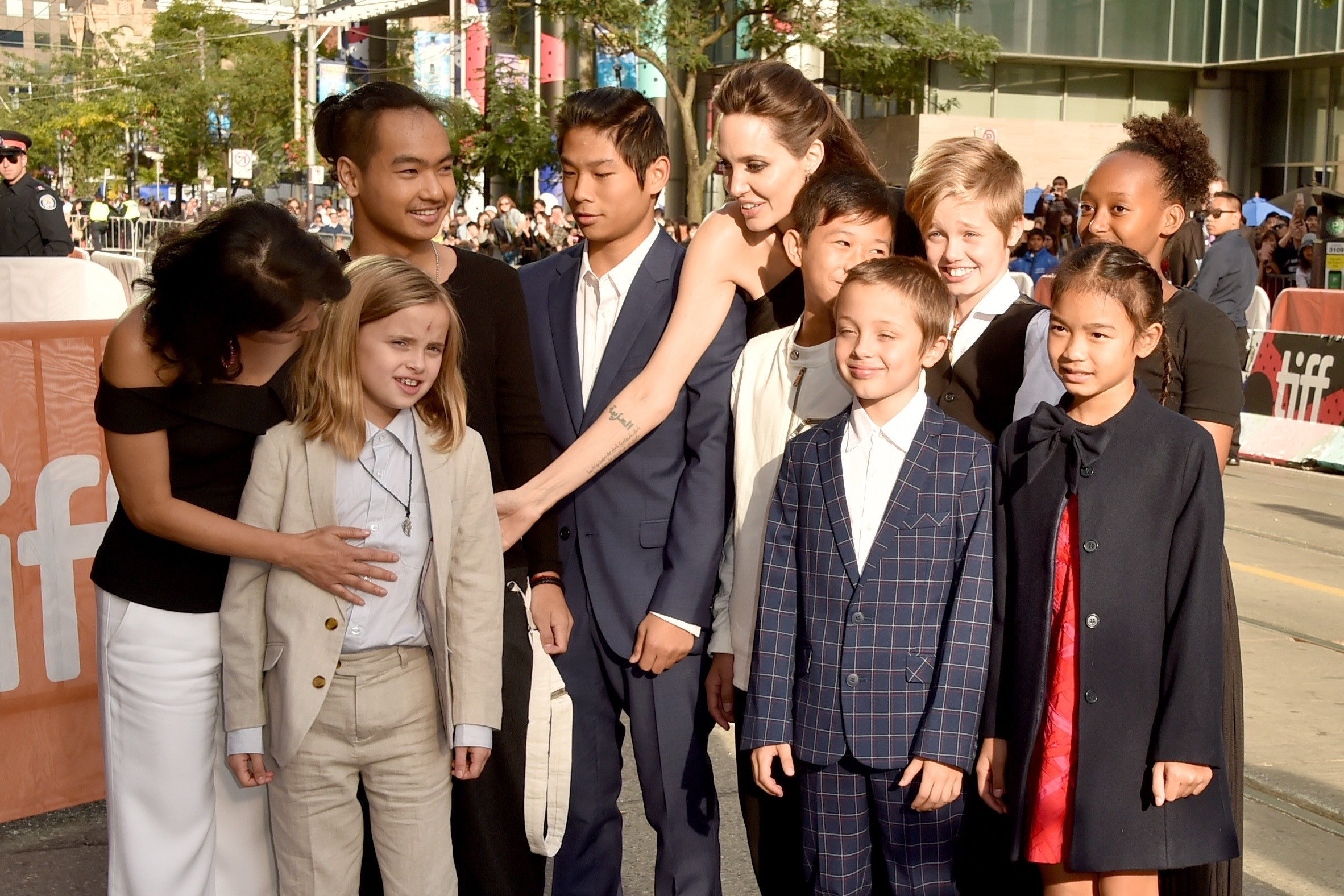 """TORONTO, ON - SEPTEMBER 11:  (L-R) Loung Ung, Vivienne Jolie-Pitt, Maddox Jolie-Pitt, Pax Jolie-Pitt, Angelina Jolie, Kimhak Mun, Knox Jolie-Pitt, Shiloh Jolie-Pitt, Zahara Jolie-Pitt and Sareum Srey Moch attend the """"First They Killed My Father"""" premiere  (Foto: Getty Images)"""