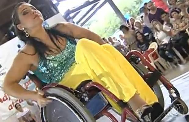 Modelo inclusiva desfila em Goiânia (Foto: Reprodução/ TV Anhanguera)