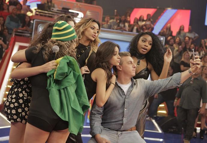 Luciano Huck tira selfie com as meninas do Fifth Harmony no 'Caldeirão' (Foto: Inácio Moraes / Gshow)