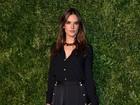 Alessandra Ambrósio investe em look comportado para ir a evento de moda