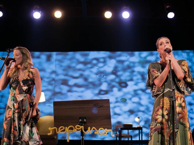 Letícia Spiller ao lado da cantora Caru Ricardo no show Não Deveria se Chamar (Foto: Frederic Jean Laouenan e Evelin Santos)