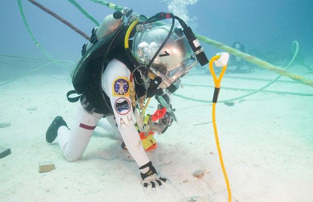 Astronauta da Nasa no fundo do mar testando o Google Glass, que poderá ser usado em missões no espaço. (Foto: Divulgação/Nasa)