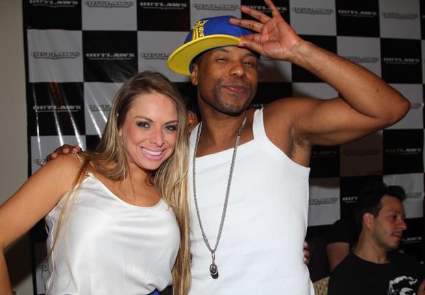 Jéssica Lopes também conferiu a apresentação do cantor em São Paulo (Foto: Léo Franco e Thiago Duran/AgNews)