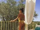 Alessandra Ambrósio posa de maiô e exibe marquinha em Ibiza: 'Paraíso'