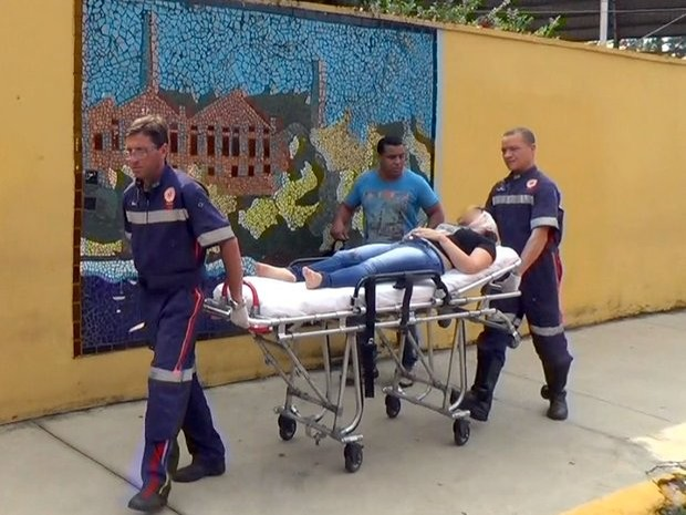 Aluna esfaqueada em escola estadual de Piracicaba é socorrida pelo Samu (Foto: Edijan Del Santo/EPTV)