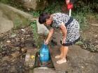 Sem rede de água, moradores de Mogi das Cruzes recorrem a bica
