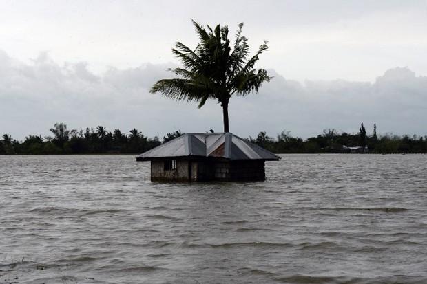 Por causa do tufão Koppu, os moradores tiveram que deixar suas casas em Nueva Ecija, ao norte de Manila (Foto: Bullit Marquez/AP)