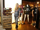 Avril Lavigne repete look em visita a loja no Rio