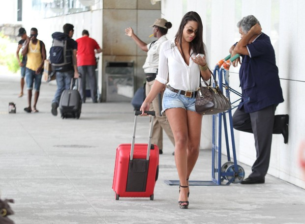 Patrícia Jordane no aeroporto (Foto: Henrique Oliveira / Foto Rio News)