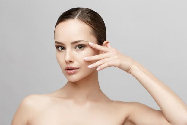 Aprenda como fazer um lifting no rosto usando apenas maquiagem