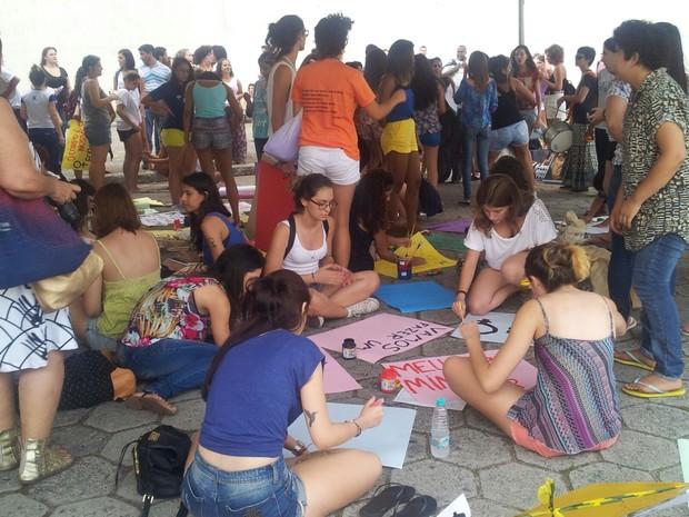 As manifestantes confeccionaram cartazes pedindo a legalização do aborto (Foto: Naiara Arpini/ G1 ES)