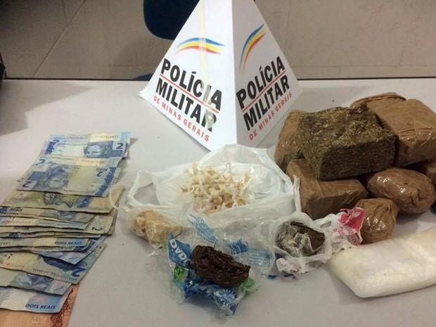 Drogas apreendidas no Bairro Furtado em Juiz de Fora (Foto: Polícia Militar/Divulgação)