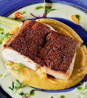 Badejo grelhado com crosta de baru, purê de banana-da-terra e vinagrete de laranja  (Foto: Ricardo Corrêa/Casa e Comida)