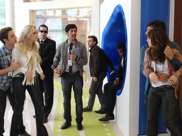 Irritada com as investidas de Megan, Manu parte para cima da loira (Foto: Geração Brasil/Gshow)