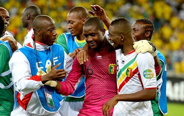 Soumbeyla Diakite goleiro de Mali comemora vitória (Foto: AFP)
