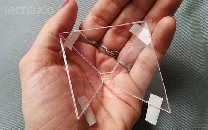 Inicie a montagem do projetor colocando pedaços de fita nas bordas (Foto: Barbara Mannara/TechTudo)