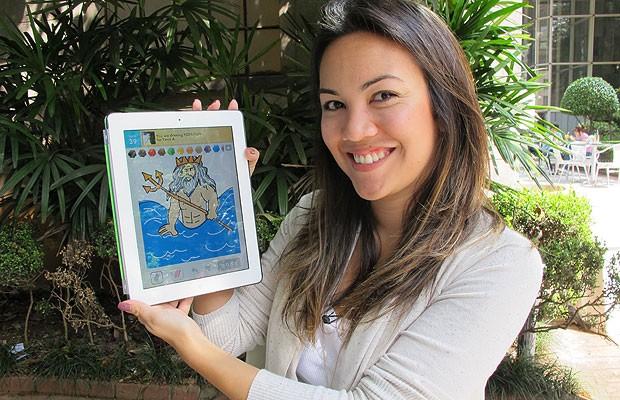 Marina Sousa mostra uma das suas criações para o 'Draw Something' no iPad (Foto: Laura Brentano/G1)