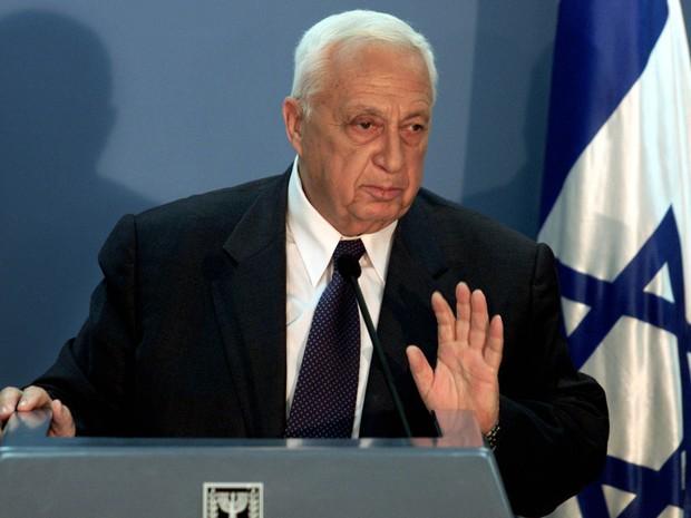 O primeiro-ministro israelense, Ariel Sharon fala em uma conferência de imprensa em maio de 2001, em seu escritório de Jerusalém. (Foto: Natalie Behring/AFP)