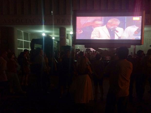 Na calçada da ABI, um telão mostra o presidente Lula falando no ato em favor da Petrobras  (Foto: Daniel Silveira/G1)