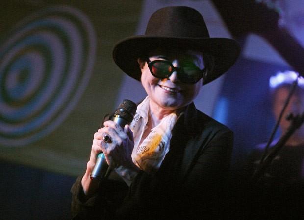 Yoko Ono se apresenta durante o festival de música americano South By Southwest. O evento, dedicado também a exibições de tecnologia e cinema, teve um show gratuito da banda nova-iorquina The Strokes (Foto: AP)