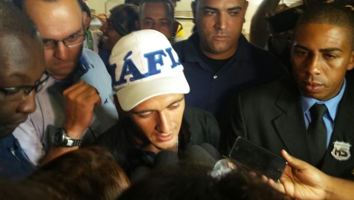 Reforço do Cruzeiro, De Arrascaeta é cercado pela imprensa no desembarque em Confins (Foto: Tayrane Corrêa)