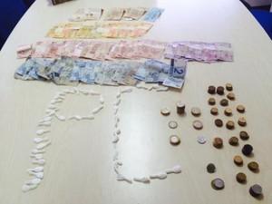 Polícia Civil mostra dinheiro e drogas que teriam sido apreendidos com o casal (Foto: Divulgação / Polícia Civil)