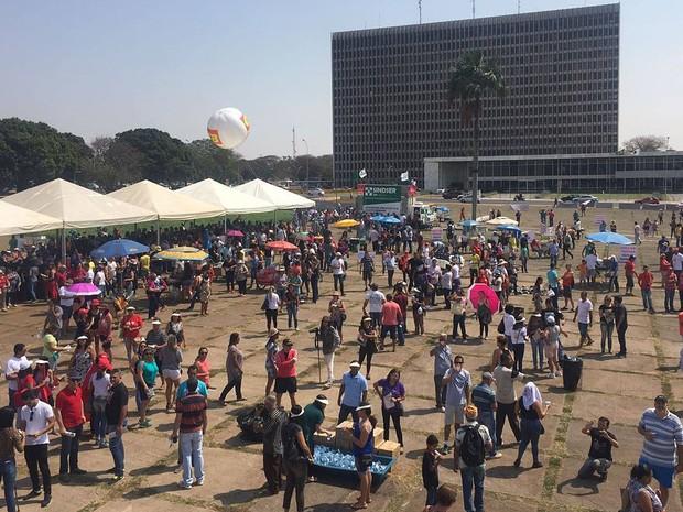 Professores na Praça do Buriti, em Brasília, durante assembleia nesta quinta-feira (22) (Foto: Alexandre Bastos/G1)