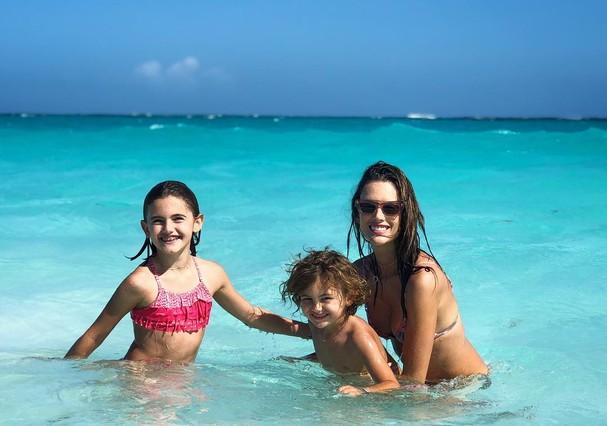 Alessandra Ambrosio curte férias em família (Foto: Instagram/Reprodução)