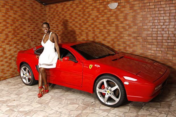 Angélica Ramos posa com a réplica da Ferrari do namorado (Foto: Celso Tavares/EGO)