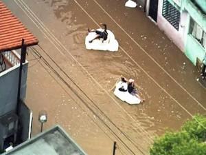 Moradores usam isopor em alagamento em São Bernardo do Campo (Foto: Reprodução/TV Globo)