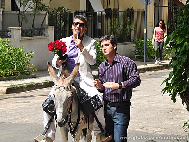 Caetano aparece montado em jegue para pedir Bernardete em casamento (Foto: Malhação / TV Globo)