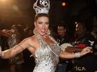 Tati Minerato usa vestido curtíssimo em noite de samba em São Paulo