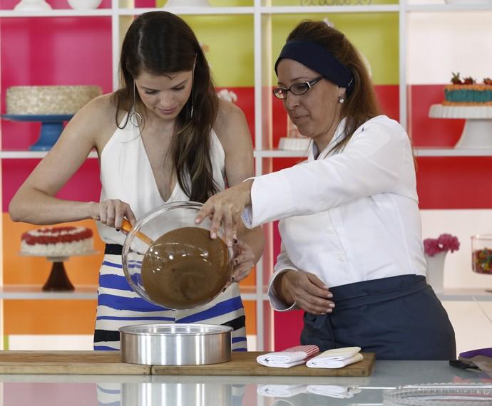 Agatha capricha na massa do bolo para Rodrigo Simas (Foto: Inacio Moraes/Gshow)