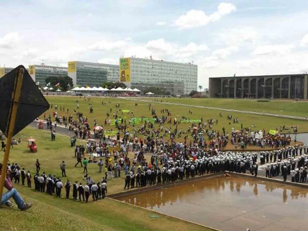 Vista do gramado do Congresso, onde manifestantes que protestam contra a corrupção se concentraram após o desfile da Independência. (Foto: Divulgação/Polícia Militar)