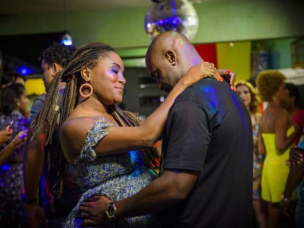Os atores Rafael Machado e Karin Hills em cena da série O Sexo e as Negas (Foto: Divulgação/TV Globo)