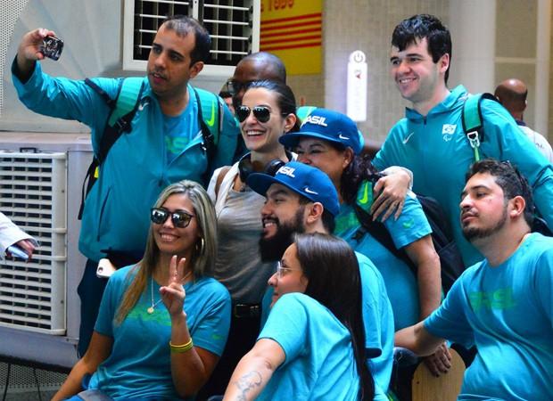 Cleo Pires posa com atletas da Paralimpíadas Rio 2016 (Foto: William Oda/AgNews)