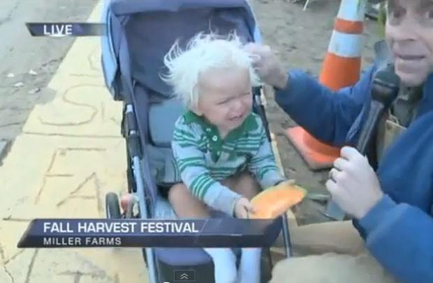 Criança se assustou e chorou. (Foto: Reprodução)