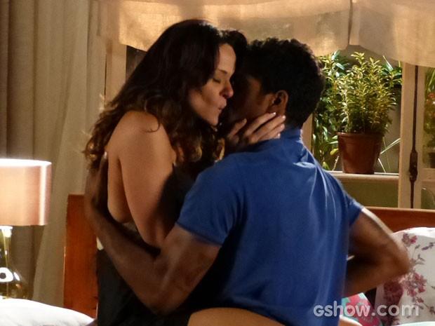 Juliana se rende ao desejo e aceita beijão de Jairo (Foto: Em Família/TV Globo)