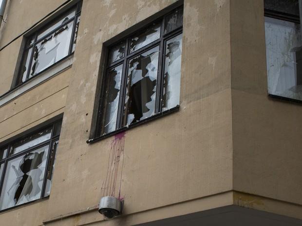 Embaixada da Turquia em Moscou teve vidros quebrados em protesto nesta quarta-feira (25) (Foto: Ivan Sekretarev/AP)