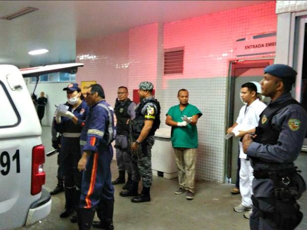 Viatura com presos feridos chega ao Hospital 28 de Agosto (Foto: Isis Capistrano/G1 AM)